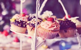 muffins-cakes-cream-chocolate-strawberry-on-stand-2560x1600
