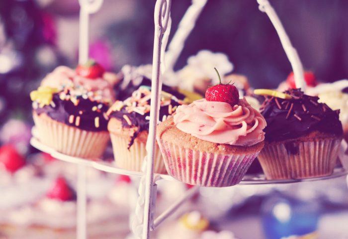 muffins-cakes-cream-chocolate-strawberry-on-stand-2560x1600
