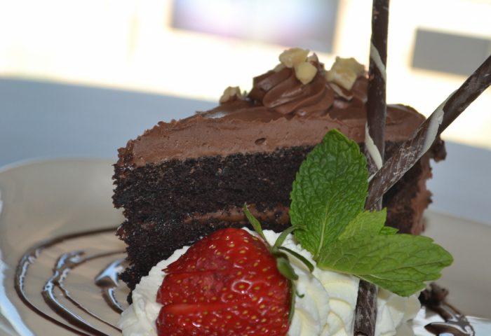 cake_cream_chocolate_strawberry-1920x1080