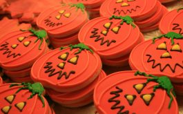 halloween_pumpkin_cookies_frosting-1920x1080